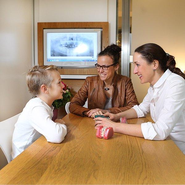 Beratung und Anamnese Zahnspange Kieferorthopädie Jugendliche in Essen